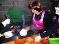 La cocinera comienza a servir los callos