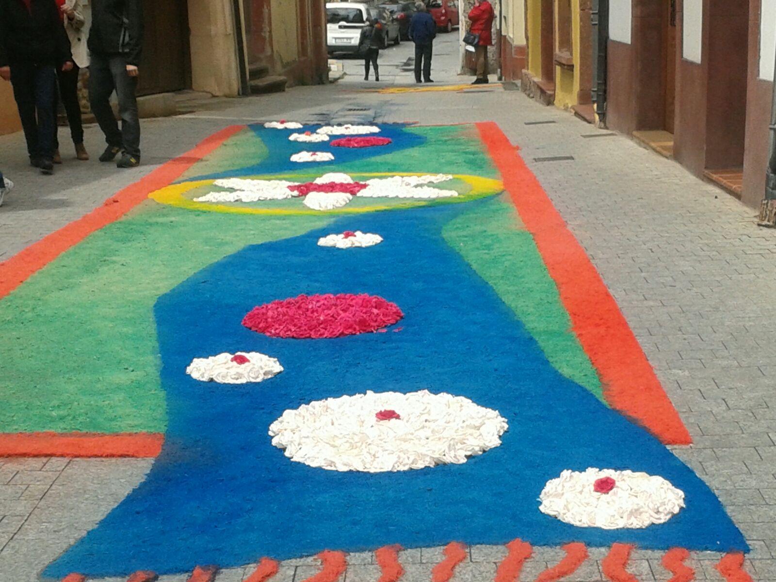 Las alfombras florales de o barco desafiaron a la lluvia for Alfombras pena