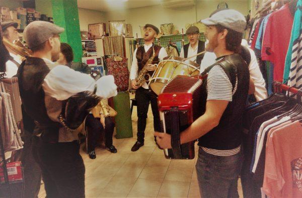 A Rúa compró en el comercio local con música en vivo