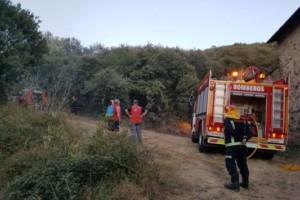 La acción vecinal contiene un incendio en Los Barrios