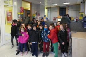 Niños y niñas de A Rúa visitan Correos para entregar sus cartas a los Reyes Magos