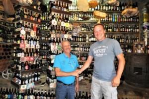 El mayor coleccionista de botellas de Europa visitó el Museo de la Cerveza de Petín